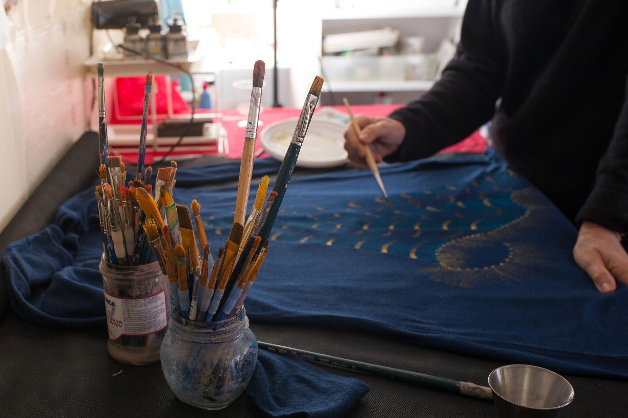 Abbigliamento dipinto a mano indossare l'arte